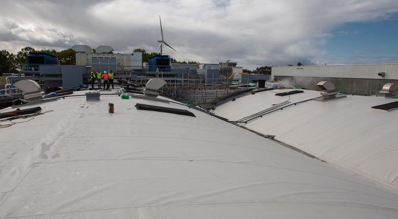 Flagon TPO verduurzaamt het gebogen dak van Coca-Cola   Soprema